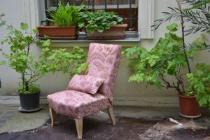 Chauffeuse anglaise, garniture crin, tissu Phoenix Fond Rose poudré - Maison THEVENON