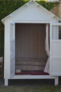 Ponçage des bois extérieurs et application d'une peinture spécial bord de mer. Changement des vitres sur les portes.