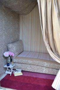 Création de tentures murales amovibles et d'un ciel de lit. Toile de Jouy et tissu rayé coordonné.