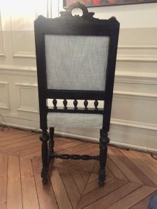 Chaise style Louis XIII garniture crin, Tissu de couverture : JIM THOMPSON - THE THAI SILK CO, Couleur Céladon - Distributeur : Pierre FreyParis – vue arrière