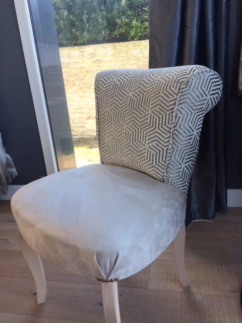 Coiffeuse garniture crin, tissu d'assise Alcantara gris clair de Leobert, tissu dossier motifs géométrique de Ameublement Place Saint-Pierre.