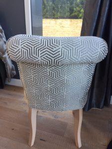 Coiffeuse garniture crin, tissu d'assise Alcantara gris clair de Leobert, tissu dossier motifs géométriques de Ameublement Place Saint-Pierre.