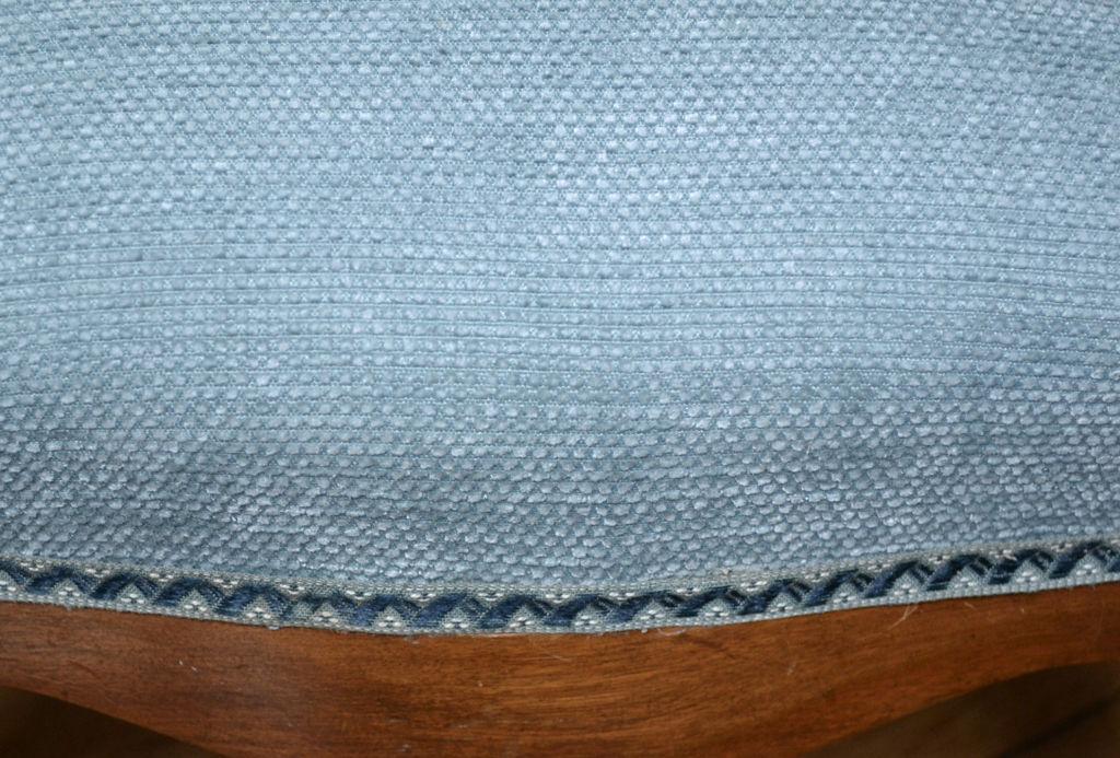 Petit repose-pied d'époque, garniture crin. Tissu de couverture velours bleu, fournisseur Moline Paris
