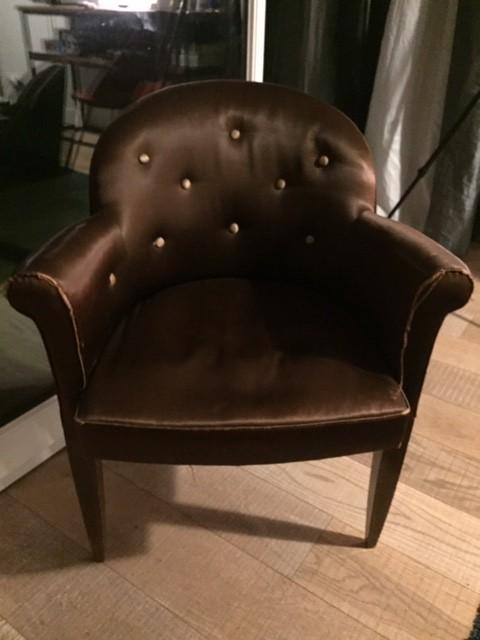 Petit fauteuil dossier boutonné – avant réfection