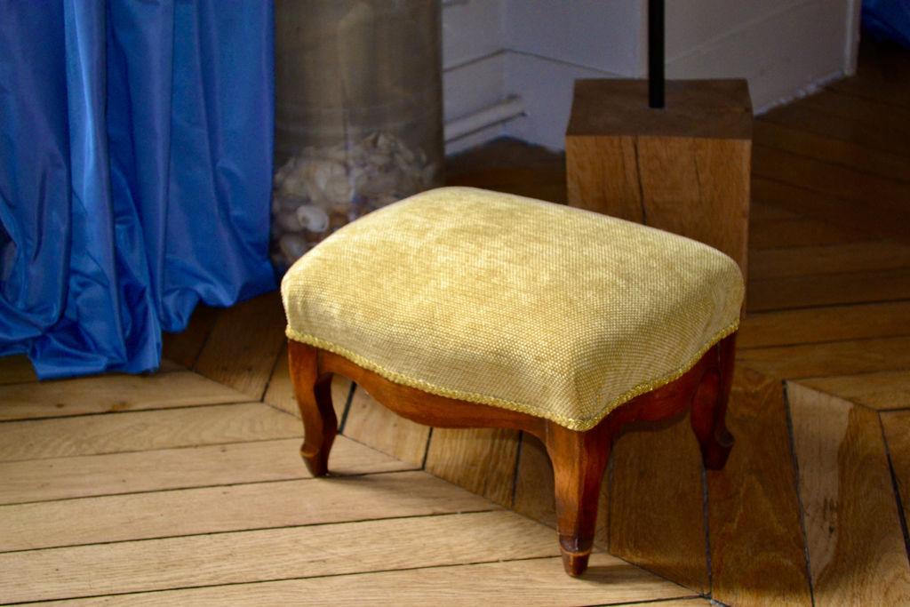 Petit repose-pied d'époque, garniture crin. Tissu de couverture velours jaune, fournisseur Moline Paris