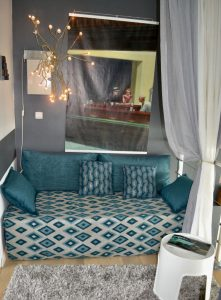 Transformation d'un lit d'appoint en canapé, confection d'un jeté de lit doublé.